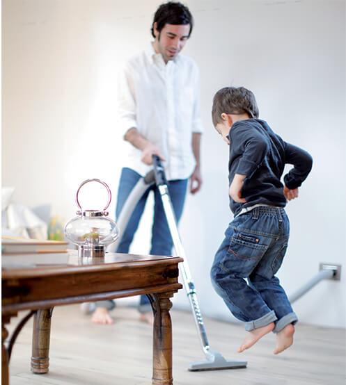 Isa ja poeg koristamas