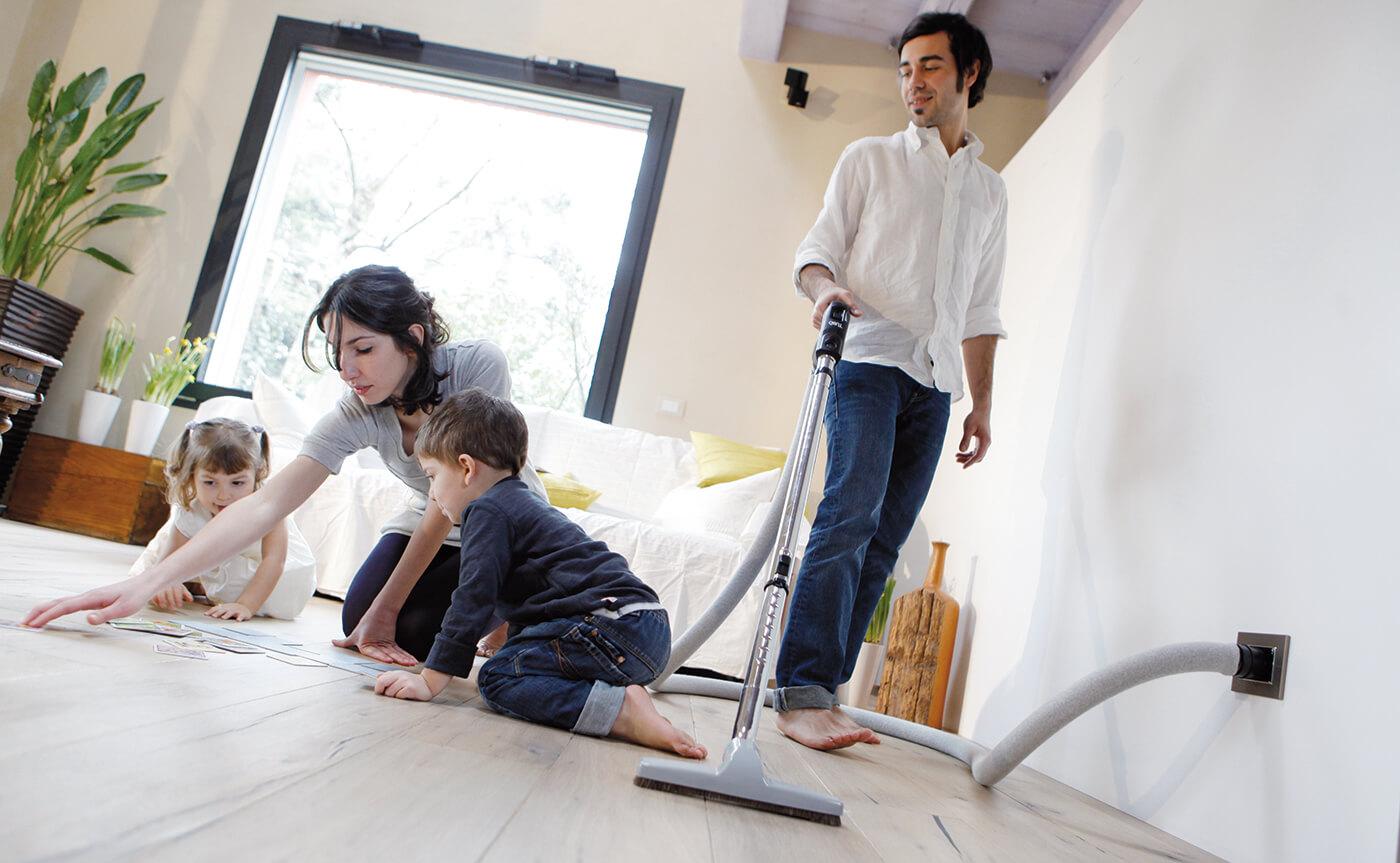 Mees koristab, naine mängib lapsega